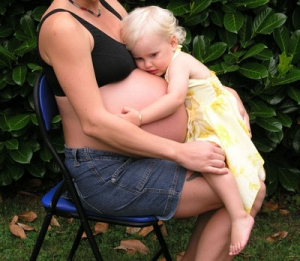 Zwillingsratgeber schwanger-mit-zwillingen-300x261 Im Interview: Stillberaterin zum Thema Stillen von Zwillingen