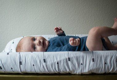 Zwillingsratgeber baby-wickeln-380x260 Wunder Popo bei Zwillingen – Fast wie Katz und Maus