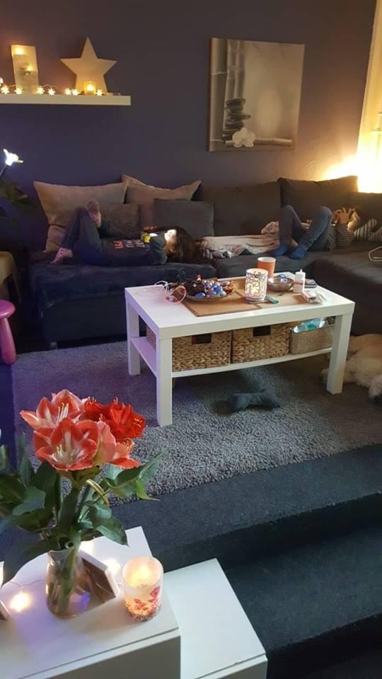 Zwillingsratgeber zwillinge-zusammen-sofa Interview mit der alleinerziehenden Zwillingsoma Britta