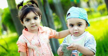 Zwillingsratgeber kind-spielt-handy-375x195 Interview mit Til: Azubi & Sparen - die besten Tipps zum Sparen in der Ausbildungszeit