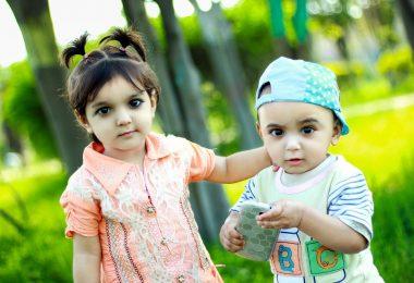 Zwillingsratgeber kind-spielt-handy-380x260 Emily's Bilder & Töne – Die Lernspiel-App