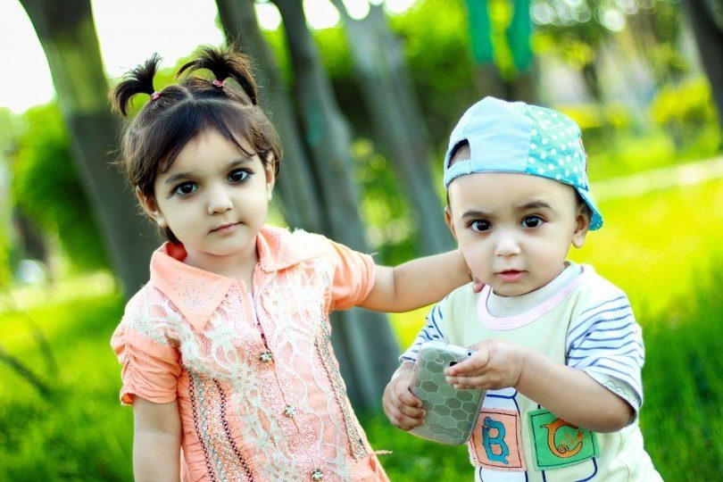 Zwillingsratgeber kind-spielt-handy-810x540 Emily's Bilder & Töne – Die Lernspiel-App
