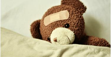 Zwillingsratgeber baby-krank-babyapotheke-375x195 Tipps & Tricks: Welche Produkte gehören in die Babyapotheke?