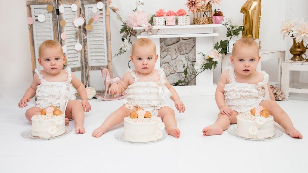 Zwillingsratgeber Bianca-Photografie_3llinge-Cake-Smash-1-1024x576 Tipps für die besten Zwillings- und Drillings-Babyfotos von Bianca Rosenberger