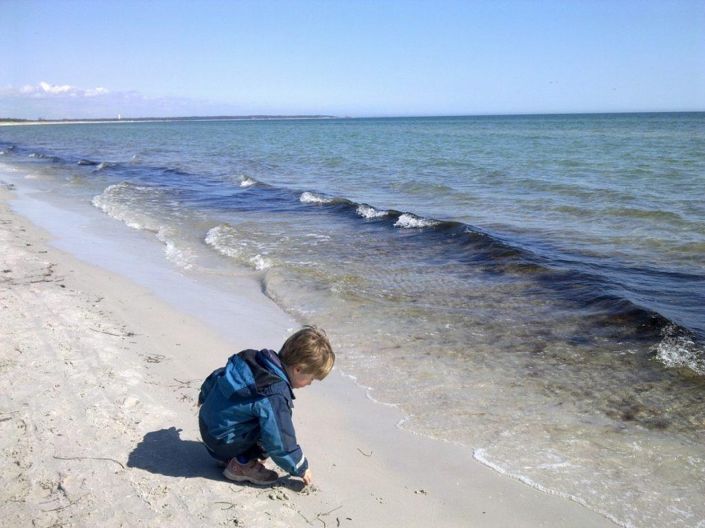 Zwillingsratgeber cild-plays-at-the-beach-2122652_1280-1024x768 Familienurlaub in Schwedens Natur zwischen Wäldern, Seen und Inseln