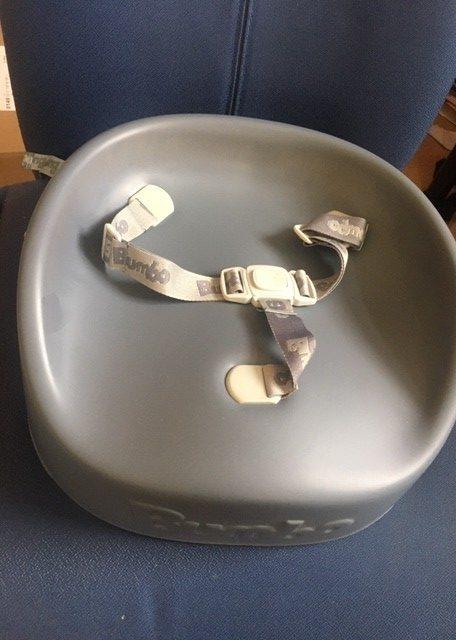 Zwillingsratgeber bumbo-booster-seat-grau-auf-stuhl-e1591702833800 Anzeige: Bumbo booster seat - Die Sitzerhöhung für Kleinkinder