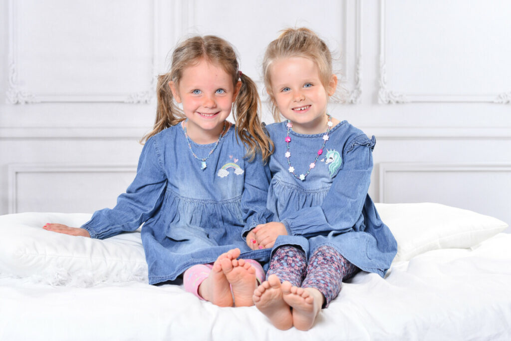 Zwillingsratgeber Ella-und-Lia-Foto-Flugblatt-final-1024x683 Interview: Zwilling sucht Zwilling
