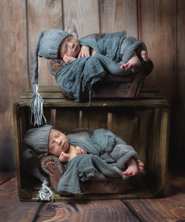 Zwillingsratgeber zwillinge_grusskarte Wochenbett mit Zwillingen: Worauf sollten Zwillingseltern achten?